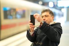 Prise des photos à la station de train photo stock
