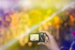 Prise des photos à un concert Photos stock