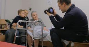 Prise des photos avec la grand-maman pluse âgé banque de vidéos