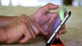 Prise des photos en gros plan des personnes jouant des téléphones banque de vidéos