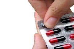 Prise des pillules d'un médicament Image libre de droits