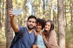 Prise des selfies dans une forêt de pin Photo stock
