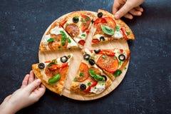 Prise des tranches de pizza italienne Image libre de droits
