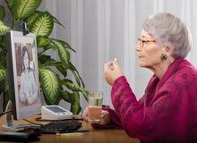 Prise du comprimé pendant la visite virtuelle de docteur Photos stock