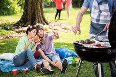 Prise du selfie pendant le barbecue Photographie stock libre de droits