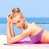 Prise du sunbath dans le bikini Image libre de droits