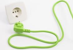 Prise et débouché d'énergie verte Photos stock