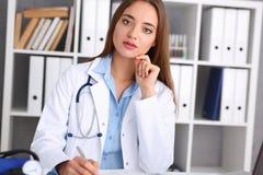 Prise femelle de prise de docteur dans le stylo d'argent de bras Photos libres de droits