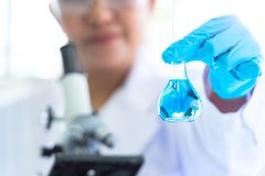 Prise femelle de scientifique et représentation des tubes et de la solution d'essai en laboratoire avec le stéthoscope La Science images libres de droits