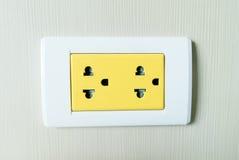 Prise jaune de l'électricité Photo libre de droits