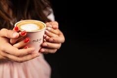 Prise méconnaissable d'homme et de femme avec deux mains une tasse de café chaud Couples dans l'amour Concept de soin d'amour images stock