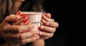 Prise méconnaissable d'homme et de femme avec deux mains une tasse de café chaud Couples dans l'amour Concept de soin d'amour image stock