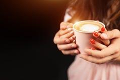Prise méconnaissable d'homme et de femme avec deux mains une tasse de café chaud Couples dans l'amour Concept de soin d'amour photos stock