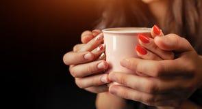 Prise méconnaissable d'homme et de femme avec deux mains une tasse de café chaud Couples dans l'amour Concept de soin d'amour photographie stock libre de droits