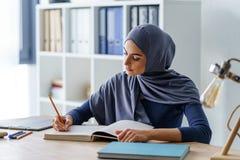 Prise musulmane femelle de professeur photos libres de droits