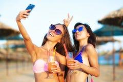 Prise sexy de deux filles selfy sur une plage Photo libre de droits