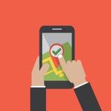 Prise Smartphone de main avec le navigateur On Smartphone Screen de GPS de carte de ville Photographie stock libre de droits