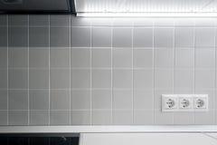 Prise trois électrique blanche dans la cuisine Photo stock