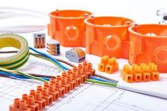 Prises électriques avec les fils, la boîte de jonction et les différentes matières employés pour les travaux dans l'électricité B Photo libre de droits
