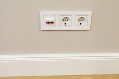 Prises électriques avec un commutateur sur le mur Photo stock