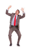 Prises d'homme d'affaires quelque chose au-dessus de la tête Photo stock