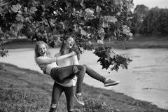 Prises de fille dans l'ami de bras Photographie stock
