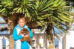 Prises de fille de raton laveur Port maritime de Sotchi, Russie image stock