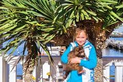 Prises de fille de raton laveur Port maritime de Sotchi, Russie photos libres de droits