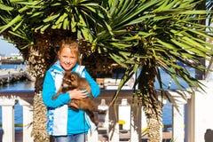 Prises de fille de raton laveur Port maritime de Sotchi, Russie images stock