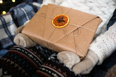Prises de fille en beau cadeau de vintage de mains Photos libres de droits