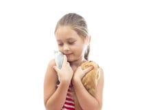 Prises de fille sur des mains ses animaux familiers Images libres de droits