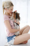 Prises de fille sur des mains Yorkshire Terrier photos stock