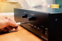 Prises 3 de main cric stéréo audio de 5 millimètres à l'amplificateur images stock