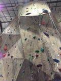 Prises et cordes de mur d'escalade photos stock