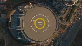 PRISIONEIRO DE GUERRA acima do centro de negócios moderno da vista superior com metragem da antena do heliporto 4K UHD video estoque