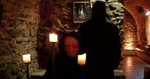 Prisioneiro em um castelo medieval video estoque