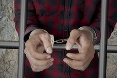 Prisioneiro masculino com as algemas na cadeia foto de stock royalty free