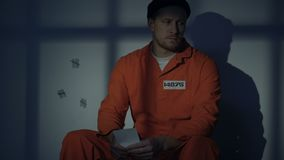 Prisioneiro masculino desesperado que olha a foto, esposa de falta, lamentando sobre o crime filme