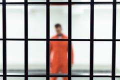 prisioneiro na cela com barras metálicas fotos de stock royalty free