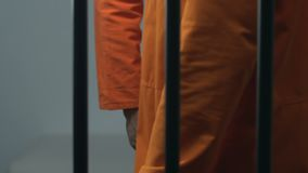 Prisioneiro preto que dá a pacote da marijuana o cellmate caucasiano, comércio ilegal vídeos de arquivo