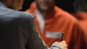 Prisioneiro que dá o testemunho na sala da interrogação reduzir o termo, negócio com advogado vídeos de arquivo