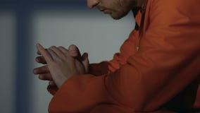Prisioneiro que fricciona nervosamente as mãos, irritadas após o conflito com o cellmate, close-up filme