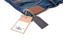 Prislapp med barcoden på jeans Arkivfoton