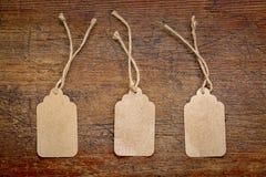 Prislappar för tomt papper på lantligt trä Royaltyfria Foton