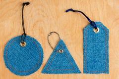 Prislappar som göras av jeans Arkivbild