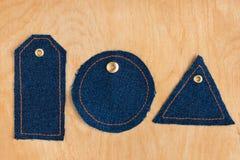 Prislappar som göras av jeans Arkivfoton