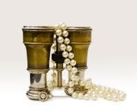Prismáticos antiguos del teatro con las perlas viejas Fotografía de archivo libre de regalías