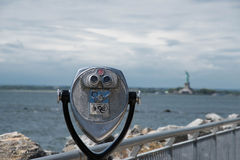 Prismáticos con la vista de la estatua de la libertad Fotos de archivo
