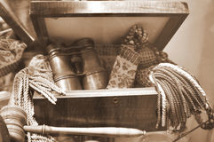 Prismáticos de cobre amarillo antiguos en rectángulo de madera viejo Fotos de archivo