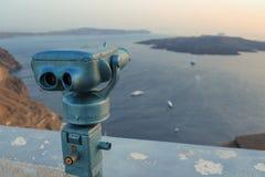 Prismáticos de fichas/opinión sobre la isla de Santorini, Grecia imagen de archivo
